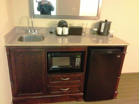 Embassy Suites Alexandria-Old Town: Sink area falling apart at the bottom