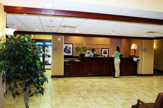Hampton Inn &amp; Suites Lafayette: Front Desk