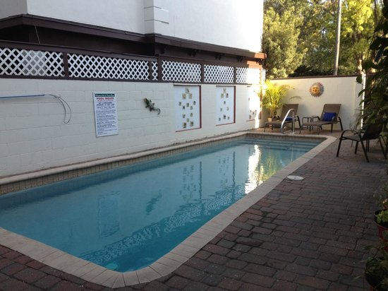 St. Francis Inn: lovely pool and garden area