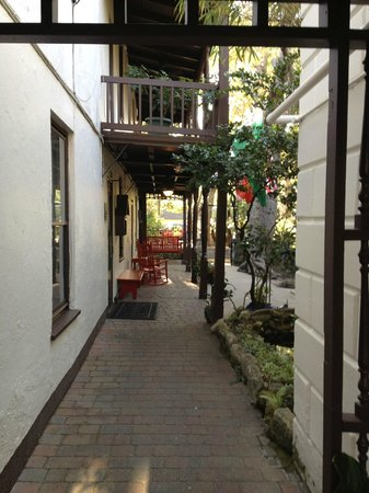 St. Francis Inn: Walkway from the pool toward the gaden and lobby