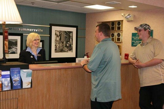 Hampton Inn Summersville: Front Desk/Reception