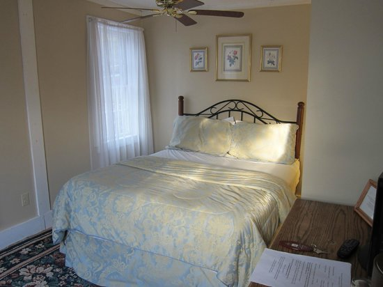 Isaac Merrill House: Top floor - charming bed but cold room