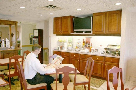 Hampton Inn Elkhart: Breakfast Dining Area