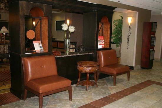 Hampton Inn and Suites- Dallas Allen: Grand Lobby Seating