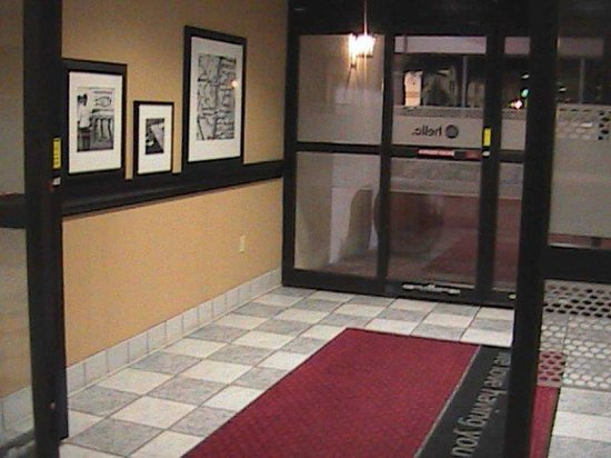 Hampton Inn: Front Entrance