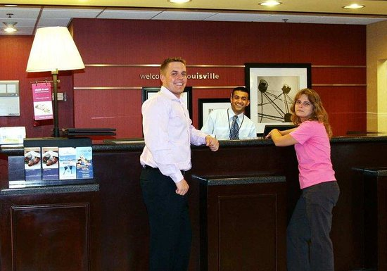 Hampton Inn & Suites Louisville East: Welcome Desk
