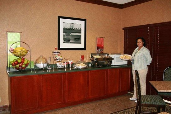 Hampton Inn Corinth: Breakfast Serving Area