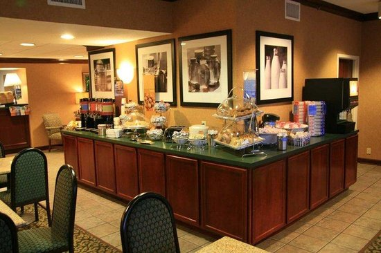 Hampton Inn Corinth: Breakfast Area