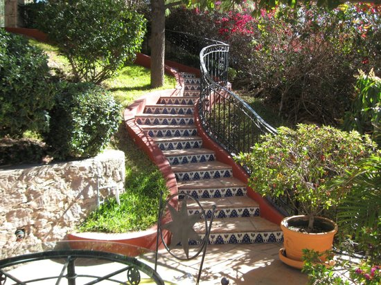 Casa Estrella de la Valenciana: Walkway From Pool