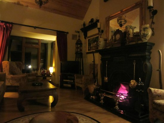 Laragh, Ireland: Living room at night