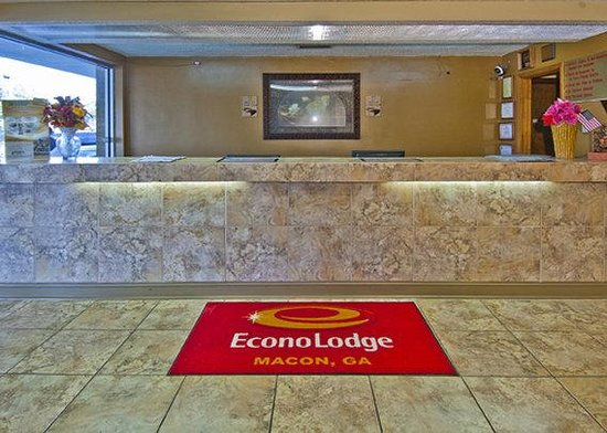 Econo Lodge - Macon / Riverside Dr: front desk