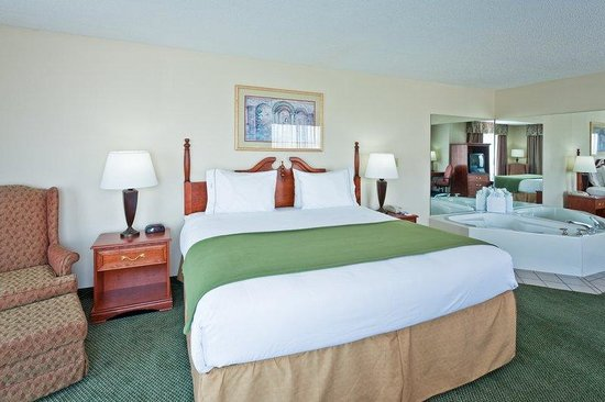 Holiday Inn Express Olive Branch: King Suite