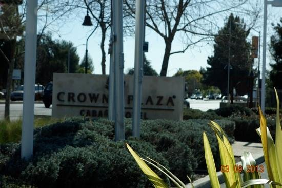 Crowne Plaza Palo Alto: Hotel sign seen when leaving the front parking lot.