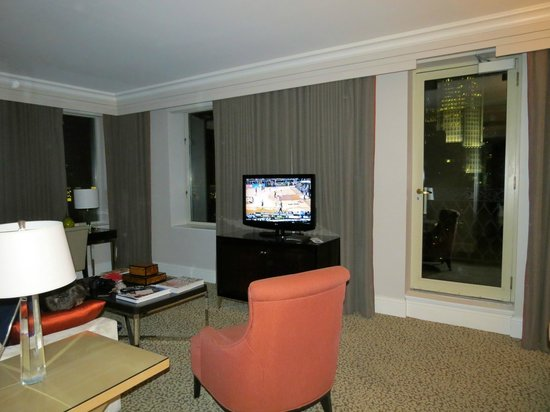 Omni Berkshire Place: Madison Suite Living Area