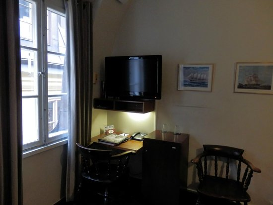 Lord Nelson Hotel: Flat screen TV and desk