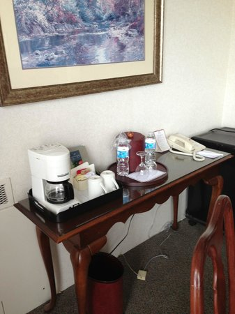 Chateau Lacombe Hotel: The coffee/tea bar, tucked behind the table. A little fridge is available.