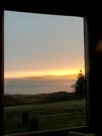 Loch Melfort Hotel and Restaurant: Sunset over the Loch - the view from the lounge.