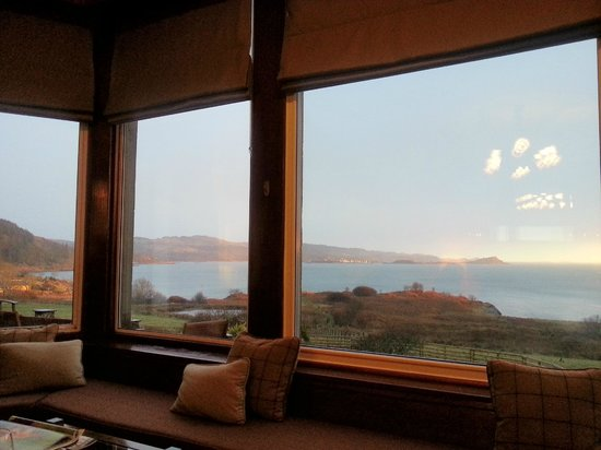 Loch Melfort Hotel and Restaurant: Part of the panoramic view from the lounge which we enjoyed with a whisky in hand!