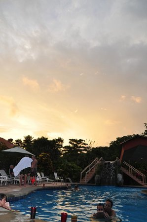 Crocodile Bay Resort:                   poolside sunset