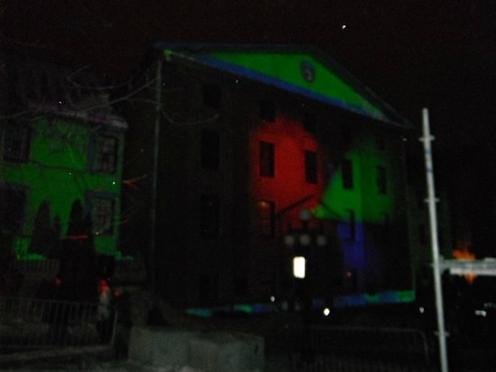 Le Champlain Hotel: Projections Lumocit (Carnaval de QC) en face de l&#39;htel