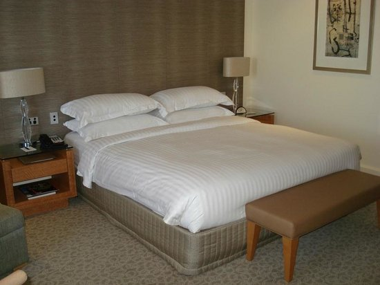 Hyatt Regency Perth: King size bed in hotel room - bright, large room.