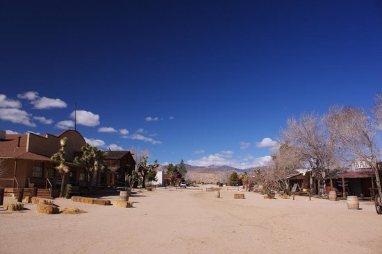Pioneertown Inn: Looking down the main street from the Pioneertown Motel
