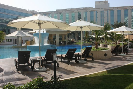 Millennium Airport Hotel Dubai: Oasis Pool &amp; Bar