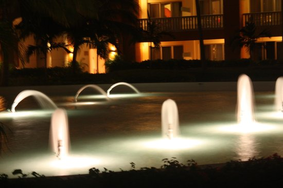 Iberostar Rose Hall Suites: Love the fountains!