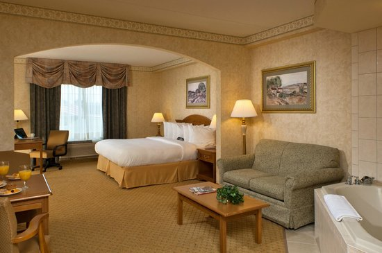 Comfort Suites Clifton Park: King Whirlpool suite