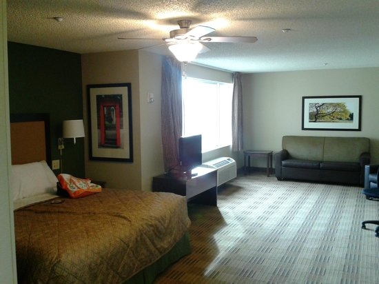 Extended Stay America - Los Angeles - Simi Valley: View of bedroom and living from kitchen