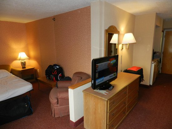 Comfort Inn Quantico: General view of the room with the extra sofa-bed area