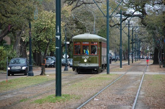 Avenue Inn Bed and Breakfast: St. Charles trolley car approaching the Avenue Inn