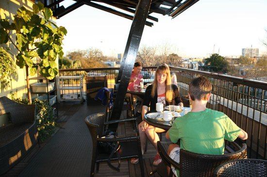 Andrew Pinckney Inn: Outdoor breakfast area (4th floor)