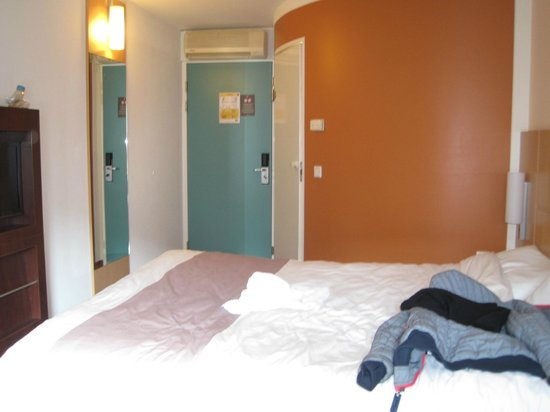 Ibis Amsterdam City Stopera: camera  e bagno esterno(il muro che fa angolo)