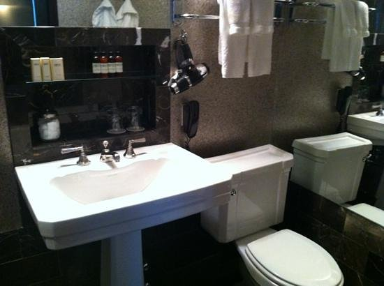 City Club Hotel: Bathroom