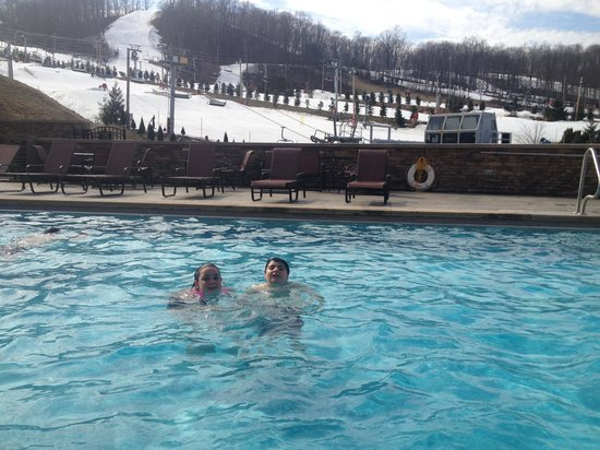 Bear Creek Mountain Resort : Outdoor pool overlooking the mountain what could be better