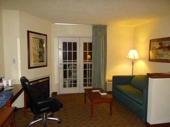 Comfort Inn & Suites at Dollywood Lane: sitting area with fireplace