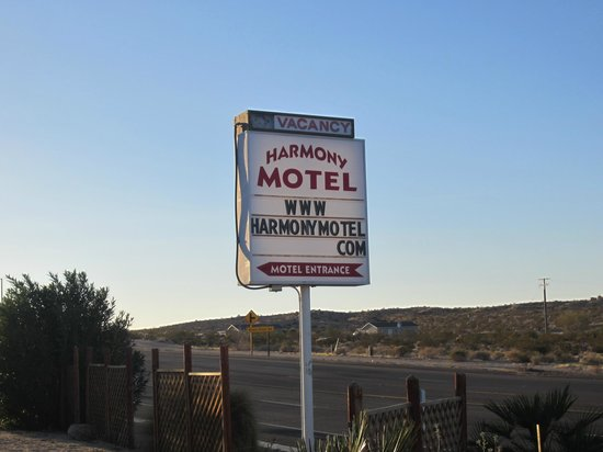 Harmony Motel: Sign for hotel