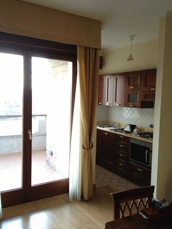 Altea Suites: kitchenette and balcony