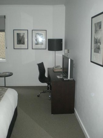 Alto Hotel on Bourke: 305 TV desk