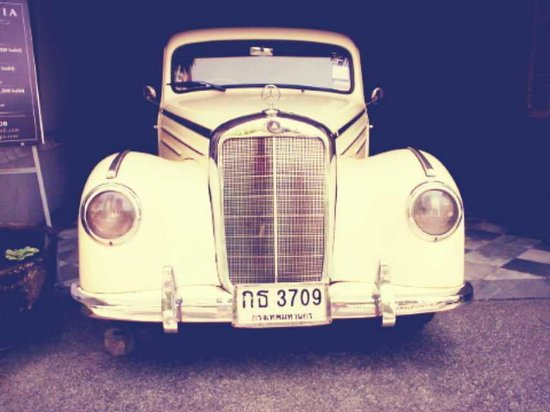The Eugenia : the antique mercedes at the hotel entrance