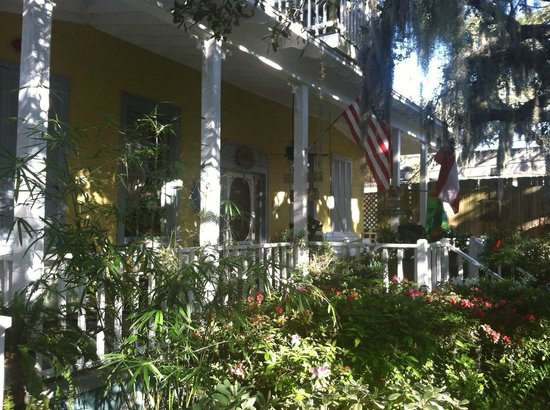 Tybee Island Inn: The front porch was a great place to sit and relax.