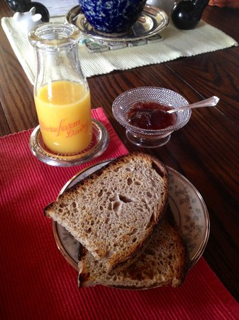 Shearer Hill Farm B&amp;B: Fresh bread + OJ with homemade jam!