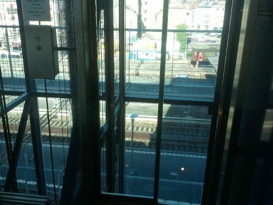 Cornavin Hotel Geneva: View of train station through lift well