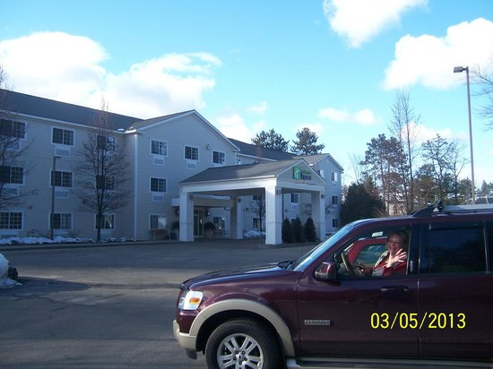 Holiday Inn Express North Conway: Front Entrance/parking