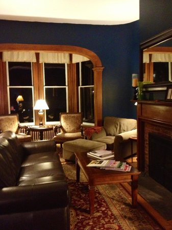 The Croff House Bed and Breakfast: Cozy Croff House living room at night