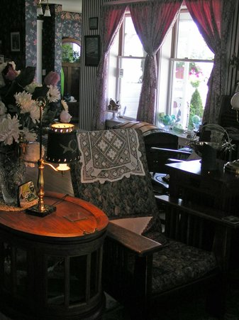 1910 Historic Enterprise House Bed &amp; Breakfast: Living Room Reading Area