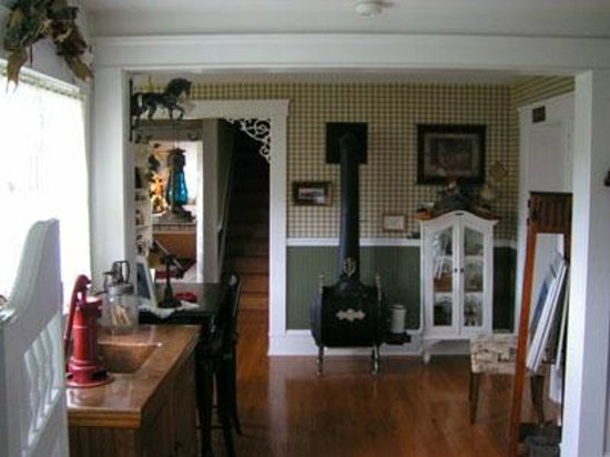 1910 Historic Enterprise House Bed &amp; Breakfast: Gathering Room