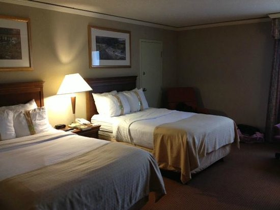 Holiday Inn Select Columbia - Executive Center : beds with &quot;soft&quot; and &quot;firm&quot; pillows (labelled for your convenience) 