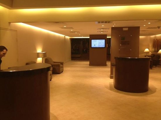 Holiday Inn Select Columbia - Executive Center : minimalist lobby 